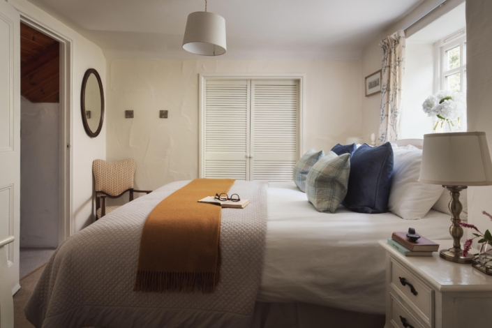 Superking double bedroom with wardrobes & mobile cot